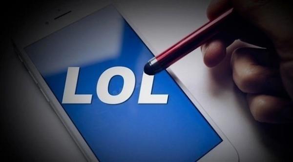 """فيس بوك توقف تطوير تطبيق """"LOL"""""""