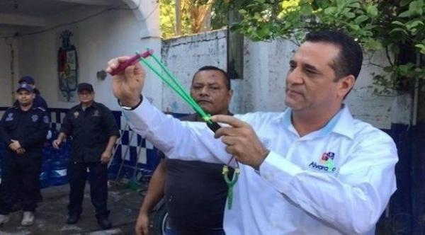 قسم شرطة مكسيكي يسلح أفراده بالحجارة عوضاً عن الأسلحة النارية