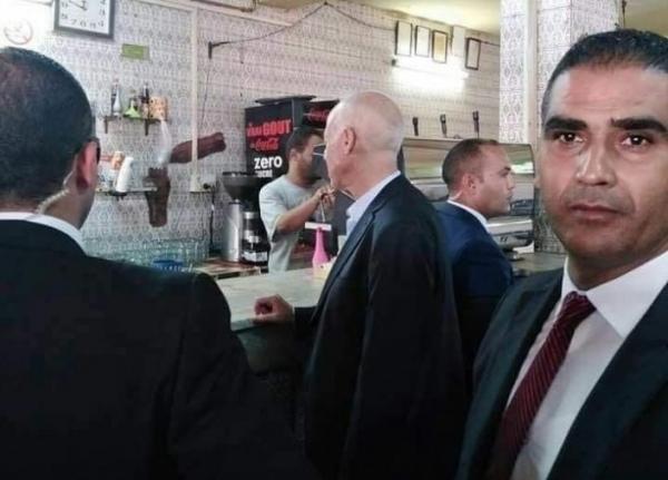 """بعد يوم من انتخابه.. رئيس تونس """"قيس سعيد"""" يحافظ على عاداته ويحتسي القهوة وسط الشعب (صور)"""