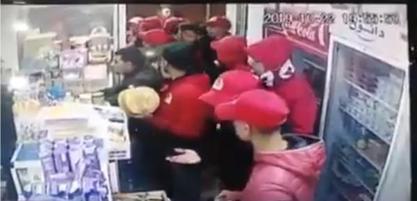 فيديو يرصد بعض الجماهير الودادية وهي تقوم بسرقة إحدى المحلات التجارية بوجدة