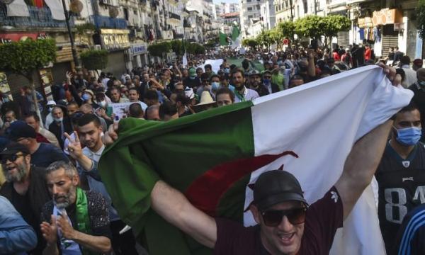 """رغم وعوده المعسولة...""""تبون"""" يفشل في إطفاء الغضب الشعبي والمحتجون متمسكون بالإسقاط السلمي للنظام"""