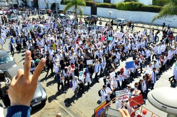 """تنسيقية الأساتذة """"المتعاقدين"""" على صفيح ساخن وأنباء عن انقسام بين أعضائها حول توقيف الإضراب"""