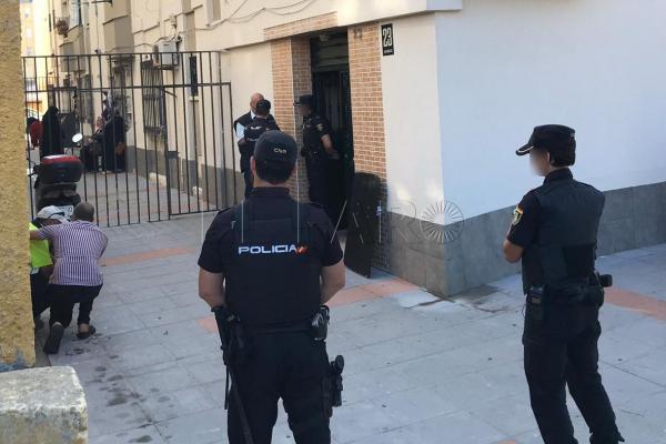 شُرطي اسباني من أصل عربي يطلق النار على زوجته وينتحر في منزله بسبتة المحتلة (فيديو)
