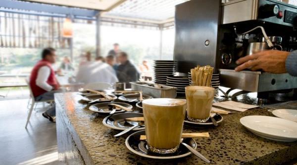 أرباب المقاهي والمطاعم يثورون في وجه الحكومة ويرفضون إعادة فتح مشاريعهم ويستعملون المستخدمين كورقة ضغط