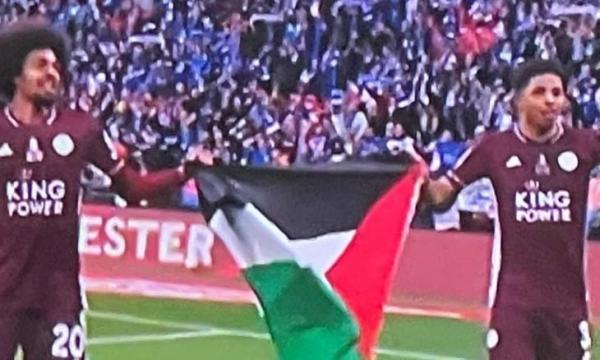 """بحضور الأمير """"وليام""""...لاعبا ليستر سيتي يلوحان بالعلم الفلسطيني داخل الملعب بعد الفوز بكأس الاتحاد الإنجليزي (فيديو)"""
