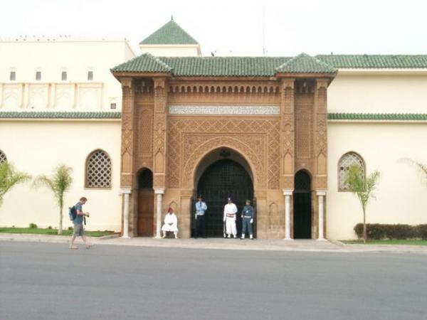 ضابط أمن حاول اقتحام بوابة القصر الملكي قبل أن يتم اعتقاله... التفاصيل