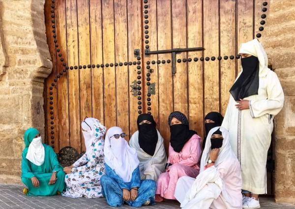 """تحدي الزي التقليدي..فتيات مغربيات ينزلن الشوارع بـ""""الجلابة واللثام""""  (فيديو)"""
