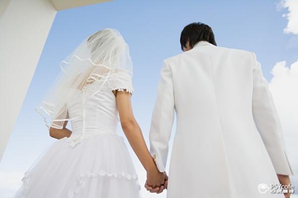 تفرض قواعد غريبة للطعام في زفافها فينفر المدعوون منه