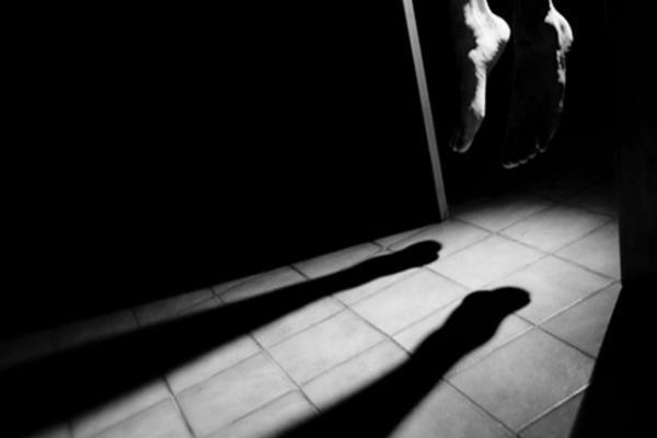 """عاجل... العثور على جثة أستاذ معلقة داخل """"دوش"""" منزله يستنفر الأجهزة الأمنية"""