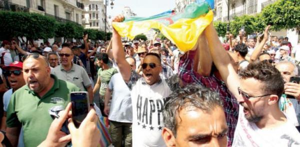 سجن 19 جزائريا بتهمة حمل الراية الأمازيغية