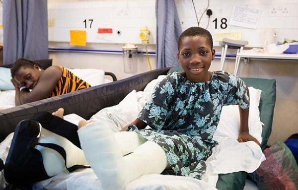 فتاة من بنين تخضع لعملية جراحية رائدة لتصحيح شكل الساقين المقوستين
