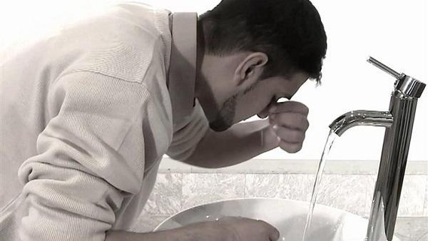 حكم من اغتسل وتوضأ عاريًا.. هل يصح وضوؤه؟