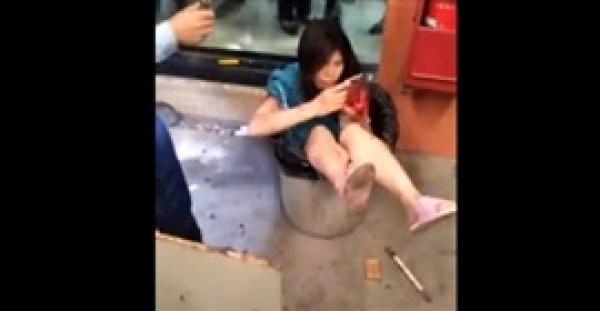 رجل يلقي بزوجته في صندوق قمامة (فيديو)