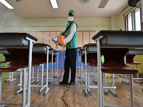 كوريا الجنوبية تعيد إغلاق مئات المدارس مرة أخرى بسبب كورونا