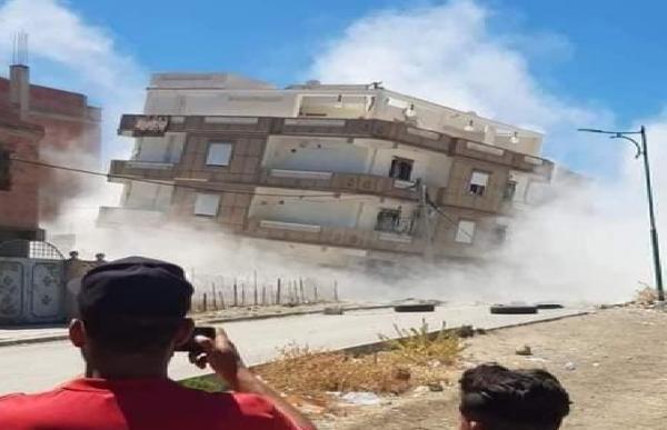 انهيار كلي لمنازل وتضرر أخرى جراء هزتين أرضيتين شرق الجزائر (فيديو)