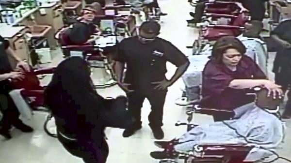 بالفيديو: تشهر السلاح في وجه حلاق احتاج وقتاً طويلاً لقص شعر ابنها
