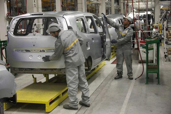 """شركة """"رونو"""" توقف مشروع توسيع مصانعها بالمغرب ورومانيا وتعتزم إلغاء 15000 وظيفة"""