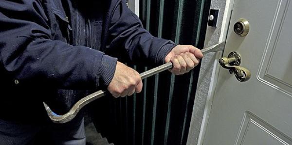 أمن العيون يفكك عصابة متخصصة في سرقة المحلات التجارية بعد كسر أقفالها