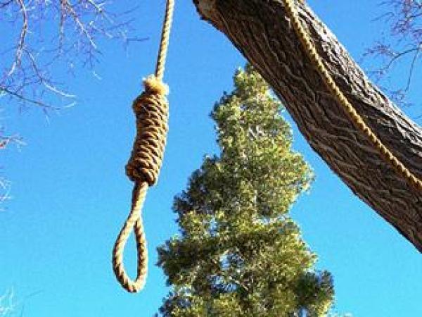 فاجعة حقيقية...شخص يجهز على زوجة شقيقه ويعلق نفسه بشجرة