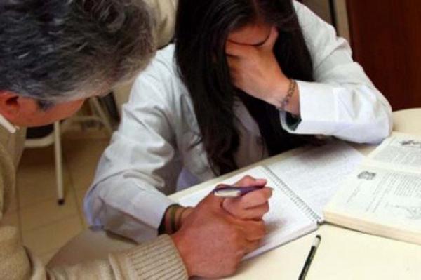 تلميذة تدعي ضبط زميلتها في وضعية مخلة رفقة أستاذ داخل القسم ومديرية التعليم تدخل على الخط لكشف الحقيقة!