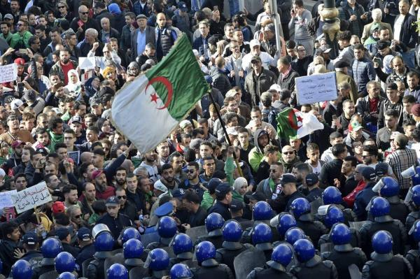 """جزائريون يخرجون للشوارع رفضاً لفوز تبون: """"الله أكبر، الانتخاب مزوّر"""""""
