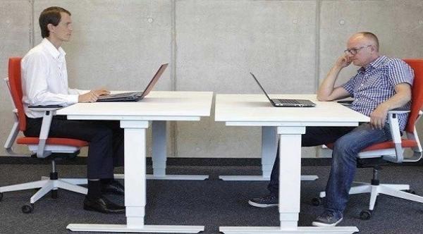 هل الجلوس بوضعية مستقيمة يحمي فعلاً من آلام الظهر؟