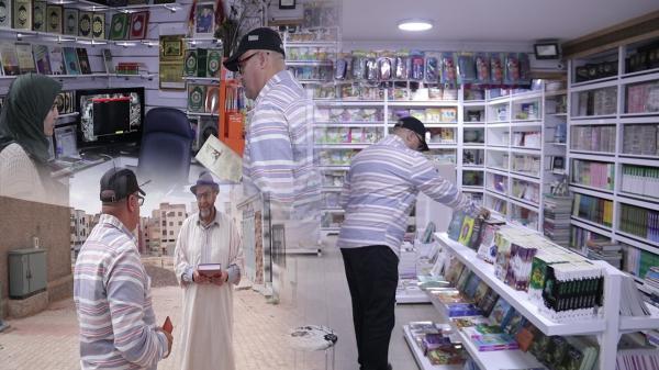 """صاحب مكتبة يوزع كتبا بالمجان على المواطنين تشجيعا للقراءة في زمن """"كورونا""""(فيديو)"""