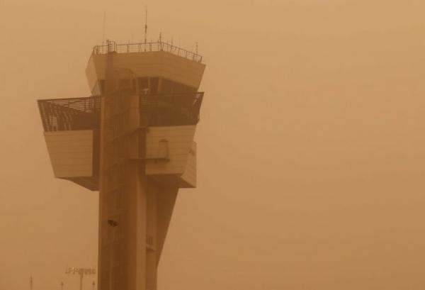عواصف محملة برمال حمراء من الصحراء تثير الرعب وتشل الحركة بجزر الكناري (صور)