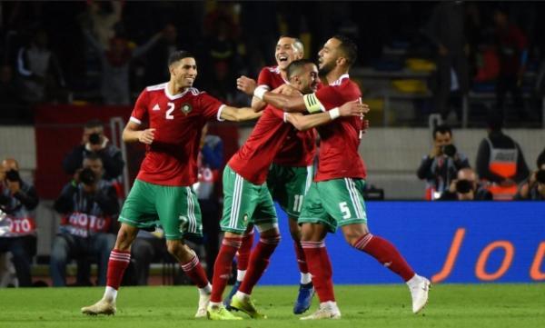 """تزامنا مع لقاء المنتخب المغربي بنظيره الكاميروني...الجماهير تصيح من المدرجات :""""الشعب يريد إسقاط الساعة"""""""