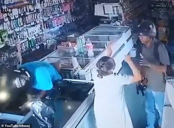 """لص يرفض سرقة مال عجوز و يقبل رأسها :  """"لا أريد مالك"""""""
