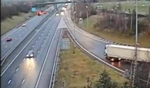 بالفيديو.. سائق شاحنة عملاقة يرتكب سلسلة مخالفات خطيرة ويعرض نفسه للموت