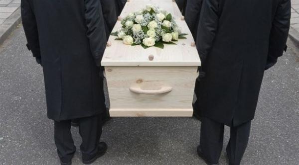 عوض مكان رومانسي..شاب يصطحب صديقته إلى جنازة في أول موعد بينهما