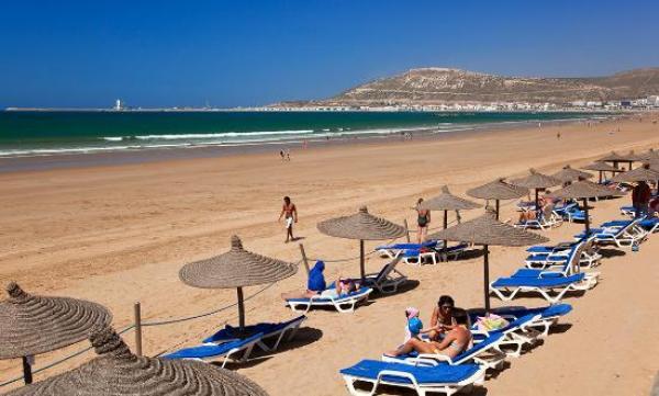 """إغلاق سوق """"الأحد"""" بأكادير وشواطئ المدينة...فما رأي الساكنة؟"""