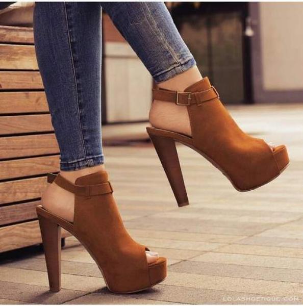 انتبهي...أضرار خطير لحذاء الكعب العالي تهدد صحتك