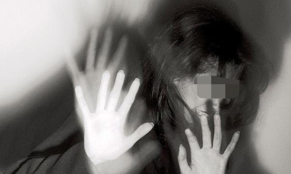 فضيحة مدوية : فنان كوميدي شهير يعنف زميلته و يهددها بعد أن رفضت الإستجابة لمطالبه