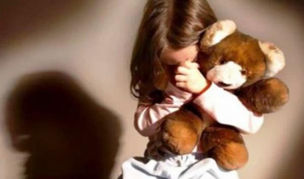 مصيبة...محاصرة بيدوفيل ستيني رفقة طفلة صغيرة لايتجاوز عمرها 4 سنوات