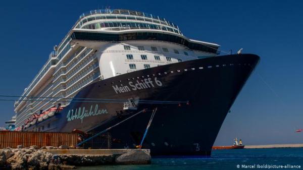 """""""ماين شيف 6"""" السياحية ترسو بميناء يوناني لفحص ركابها من كورونا"""