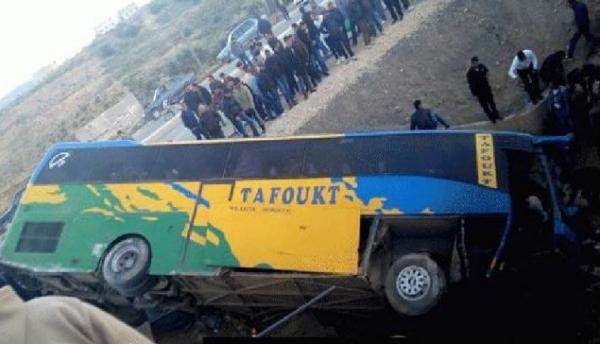 ملاسنات بين سائق حافلة للمسافرين ومرافقه..والنتيجة كارثية(صور)