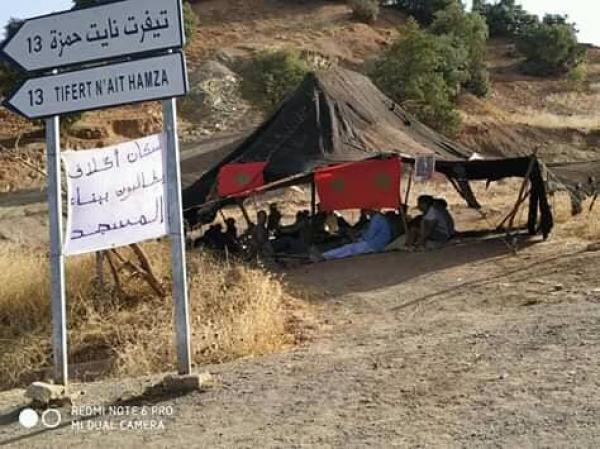 بالصورة..ساكنة اكلاف بأعالي أزيلال تعتصم من أجل بناء مسجد ومسؤول يوضح