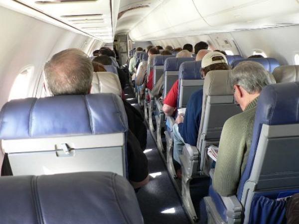 بالفيديو.. مسافرة على متن طائرة تتعرض لمضايقة غريبة من طرف شخص يجلس خلفها