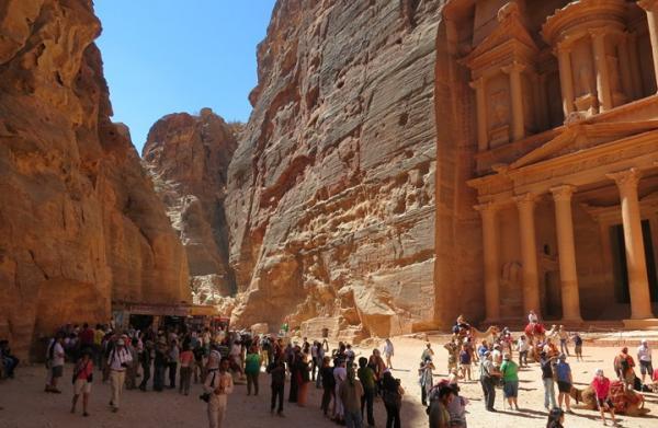 هجوم إرهابي على سياح أجانب بالأردن وهذه تفاصيل الحادث