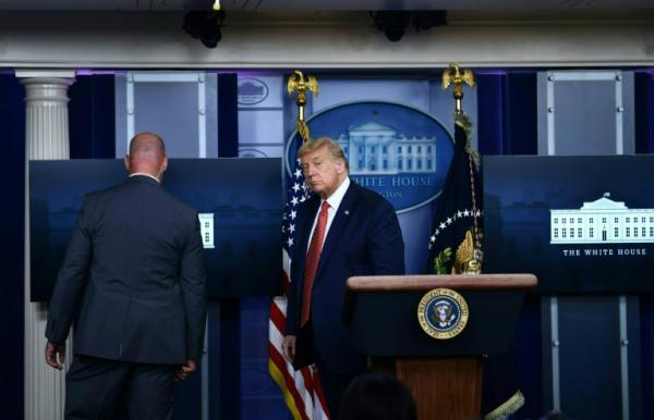 """بالفيديو: """"ترامب"""" يقطع مؤتمرا صحافيا من أجل """"اتصال هاتفي طارئ كبير"""""""