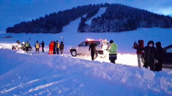 بالصور: تسخير طاقم ضخم مجهز بأحدث المعدات لإنقاذ سيدة حامل عالقة وسط الثلوج