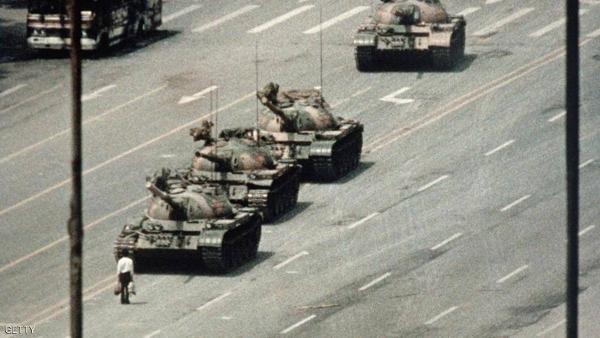 وفاة صاحب الصورة التاريخية لرجل يقف في وجه دبابة