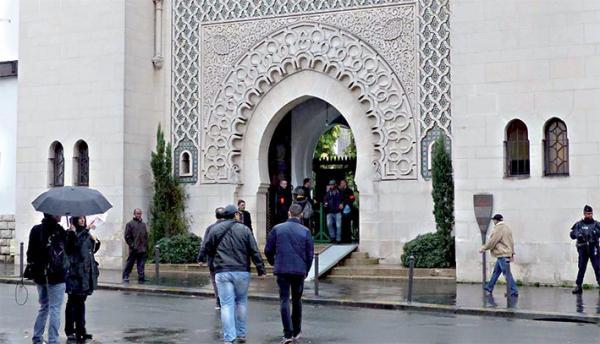 السلطات الفرنسية تغلق تسعة مساجد في باريس