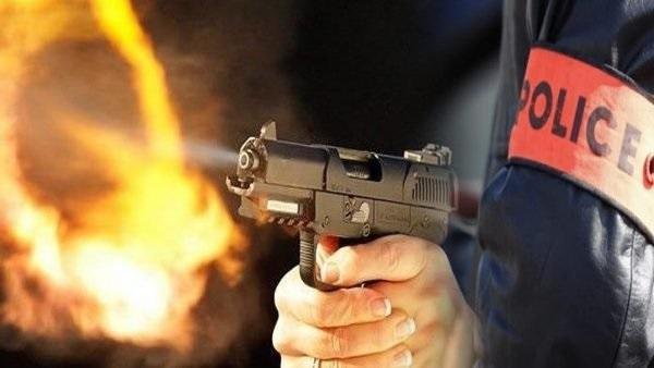 رصاص شرطي يوقف هجوم شخص على محل تجاري و مقهى بسكينَيْنِ