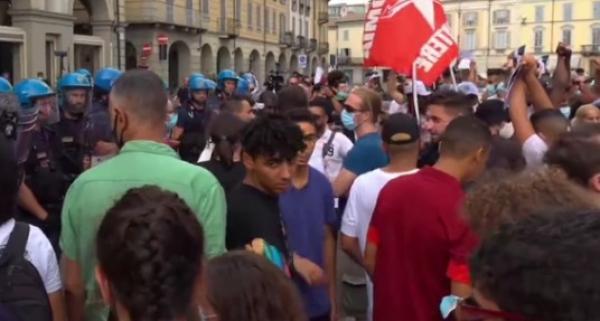 عاجل..الجالية المغربية تخرج في مسيرة احتجاجية تنديدا بمقتل يونس بالرصاص على يد المسؤول الأمني العنصري(فيديو)