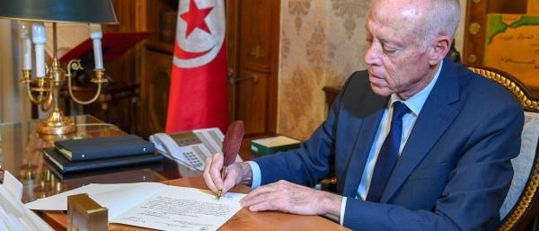 """رسالة كتبها الرئيس التونسي ب""""الخط المغربي"""" تثير الإعجاب بمواقع التواصل (صورة)"""