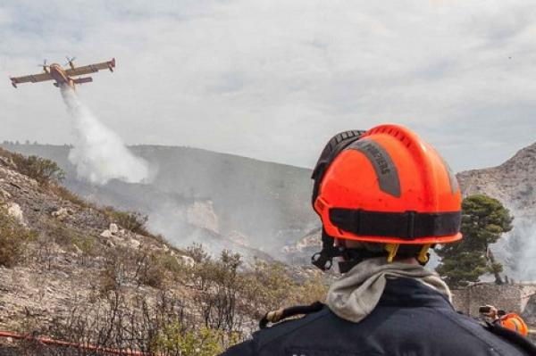 الطائرات تسيطر على حريق ضخم بالجبال وعامل إقليم أزيلال يحل بالمنطقة