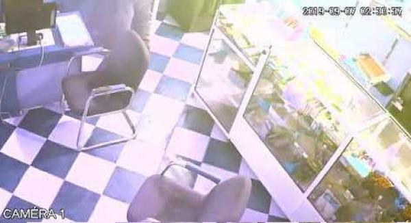 بالفيديو.. عصابة مدججة بالسيوف تسطو على مكتبة بأكادير